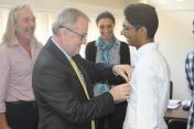 Jean STEPHAN, Proviseur, remettant la médaille du BAC à Nadish