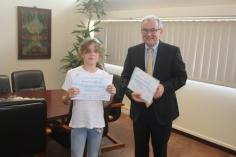 Ava LEVALLOIS, plus jeune participante, est félicitée par Monsieur STEPHAN