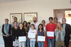 Photo de groupe avec les gagnants et leurs parents ainsi que les enseignants d'arts plastiques encadrés par Mme BOUKHEROUFA et Monsieur STEPHAN