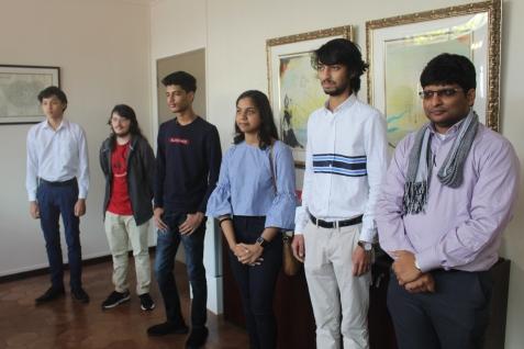 Les élèves et leur enseignant de Physique-Chimie, Assad ANATHALLEE